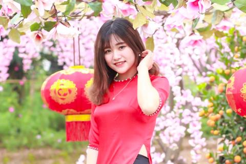 Thiếu nữ Tuyên Quang khoe sắc cùng đào Nhật Tân