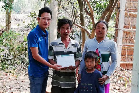 Mang Tết đến với gia đình 2 bé Mỹ Nhân và Mỹ Ái