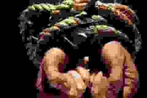 Con gái thiếu nợ, mẹ bị bắt giữ để gây áp lực nhằm đòi tiền