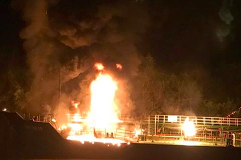 Cận cảnh tàu xăng dầu chìm trong lửa ở cảng Hải Phòng