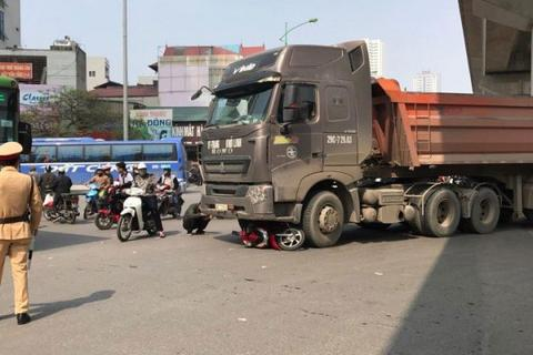 Hà Nội: Xe máy bị cuốn vào gầm xe tải, một cô gái tử vong tại chỗ