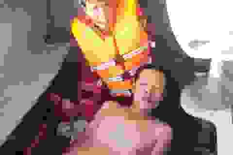 2 người bị sóng cuốn khi tắm biển, 1 người chết