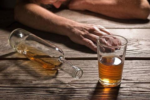 Một người đàn ông bị vỡ thực quản sau khi uống rượu