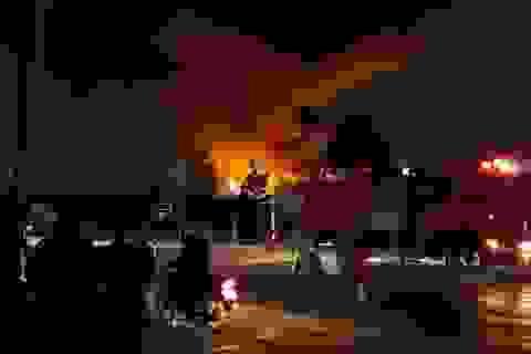 Hà Nội: Xưởng tái chế phế liệu bốc cháy dữ dội