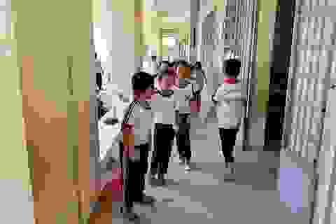 """Họp khẩn về vụ """"cô giáo quỳ gối"""": Hiệu trưởng xin từ chức"""