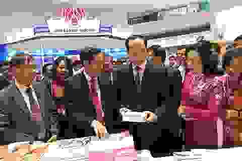 Chủ tịch nước thăm các gian trưng bày Hội báo toàn quốc 2018