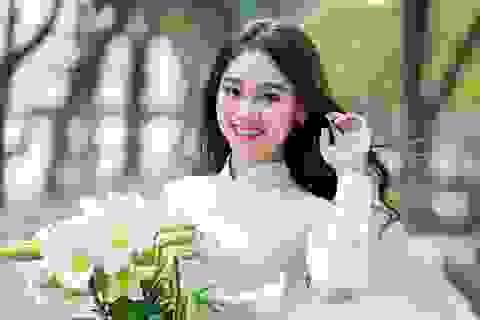 Nữ sinh 17 tuổi đẹp rạng ngời bên hoa loa kèn
