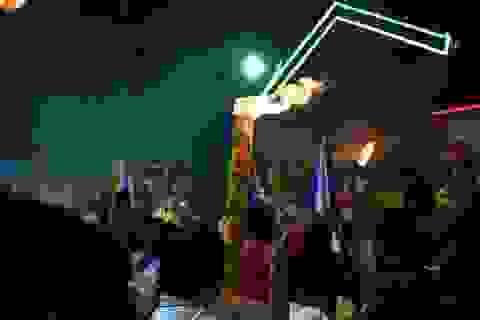 """Vác hương """"khủng"""" đi dâng lễ, xin lộc ở chùa Bà Thiên Hậu"""