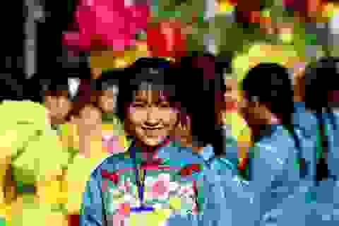 Thiếu nữ xinh xắn trong đoàn biểu diễn Tết Nguyên tiêu ở Sài Gòn