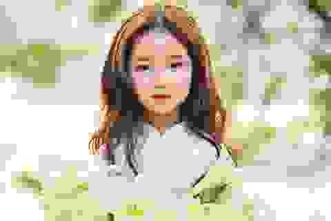 Bé gái xinh đẹp như thiên thần trên phố đi bộ Hồ Gươm