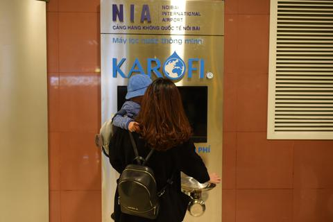Sân bay Nội Bài cung cấp hệ thống nước uống tinh khiết miễn phí cho hành khách