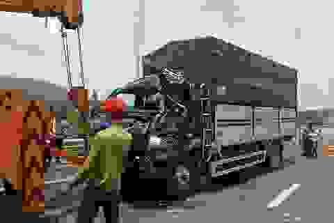 Xe tải mất lái gây tai nạn, tài xế mắc kẹt trong cabin tử vong