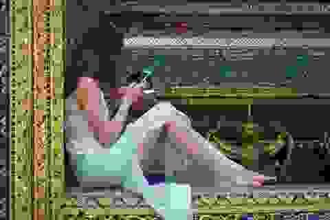 Nữ du khách bị phản đối dữ dội vì mặc đồ mỏng tang, tạo dáng phản cảm trong chùa