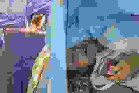 Cô gái vẫn bình thản sử dụng smartphone trong lúc đang phẫu thuật não