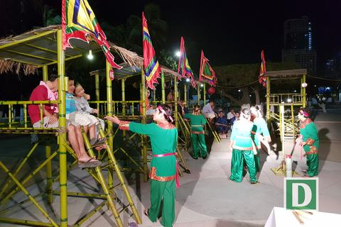 Nha Trang: Du khách đổ ra đường khám phá nghệ thuật dân gian