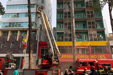 Cháy khách sạn ở Sài Gòn, nhiều người cầu cứu từ tầng cao