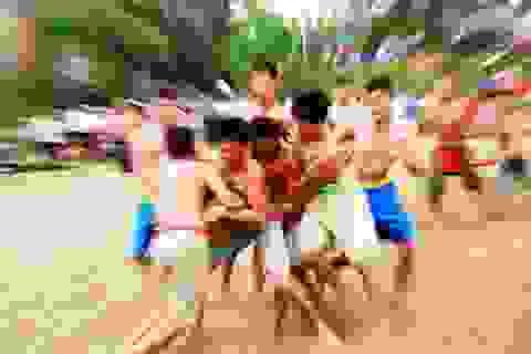 Kịch tính trò chơi vật cù ở lễ hội đền Bạch Mã
