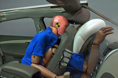 Ngồi hàng ghế sau ôtô không cài dây bảo hiểm sẽ nguy hiểm như thế nào?