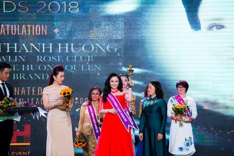 """Mãn nhãn với BST áo dài """"Vạt nắng"""" của Nữ hoàng Hoa hồng Bùi Thị Thanh Hương"""