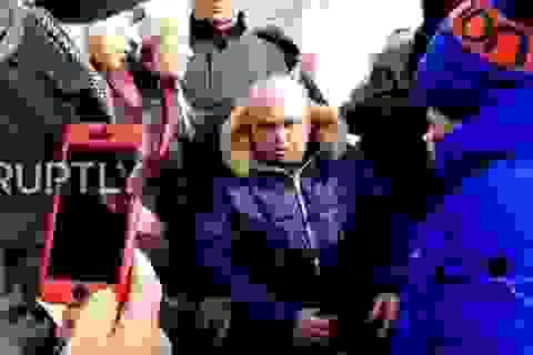 Phó thống đốc Nga quỳ gối xin lỗi về vụ cháy làm 64 người chết