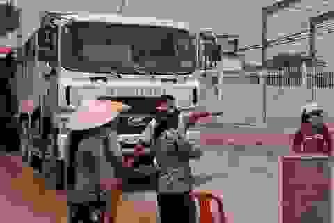 Người dân thả thùng phuy ra đường ngăn xe chở đá chạy vào đường dân sinh