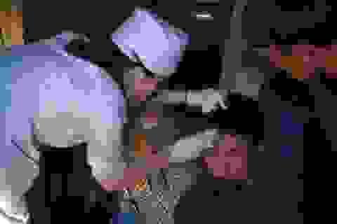 2 giờ nỗ lực cứu 2 nạn nhân mắc kẹt trong xe khách