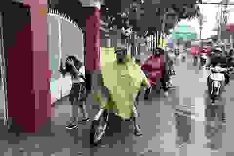 Cơn mưa trái mùa xoa dịu Sài Gòn