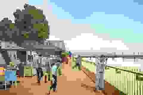 Đang xây dựng đường đi bộ lát gỗ lim ven sông Hương