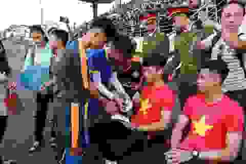 Các tuyển thủ U23 Việt Nam trong vòng vây người hâm mộ tại Huế