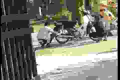 Công an nói về việc 2 thanh niên không đội mũ bảo hiểm phải xì lốp xe, dắt bộ
