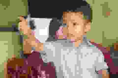Bé trai 3 tuổi đọc sách, báo, hát karaoke như người lớn