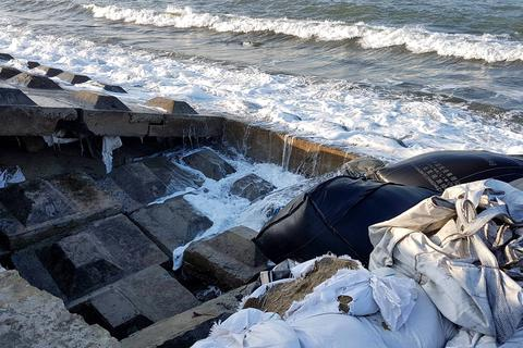 """Bờ kè cứng biển Cửa Đại bị sóng biển """"nuốt chửng"""""""