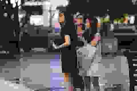 Sài Gòn: Hàng trăm bạn trẻ tụ họp tại phố đi bộ truy tìm món quà cực giá trị!
