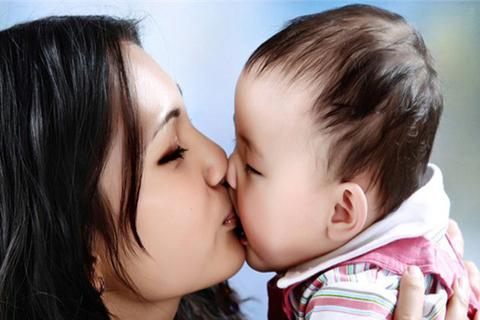 Chuyên gia cảnh báo người lớn đừng hôn môi trẻ vì có thể lây bệnh