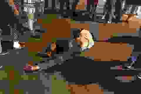 Hà Nội: Ô tô cuốn xe máy cùng người đàn ông vào gầm, kéo lê trên đường
