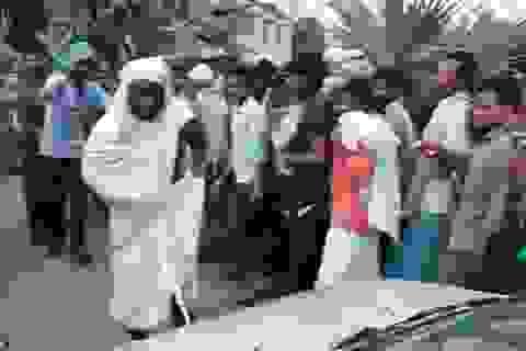 """Tu sĩ Ấn Độ dùng """"của quý"""" kéo xe hơi đi xa 30 mét"""