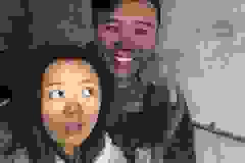 """Cháy nhà, cặp vợ chồng trẻ vẫn vui vẻ... chụp ảnh """"tự sướng"""" để khoe lên mạng"""