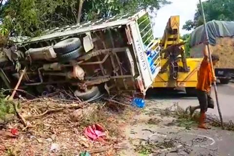 Xe tải đẩy xe máy đi gần 20m, 2 người thương vong