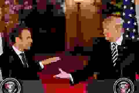 """Màn bắt tay """"giật và kéo"""" của Tổng thống Trump và Tổng thống Pháp"""