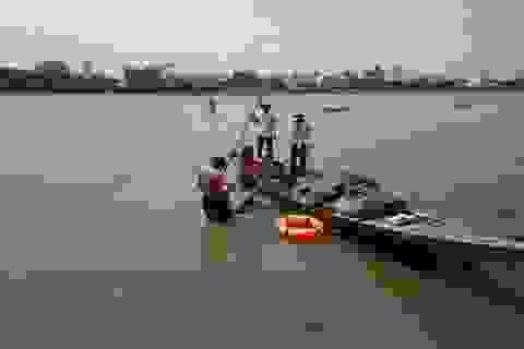 Hai bảo vệ nhảy xuống sông cứu nam thanh niên nhảy cầu tự tử
