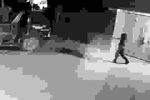 Truy tìm kẻ lạ mặt dùng súng bắn vào nhà dân và đốt xe