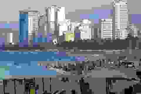 Nha Trang: Bãi biển đông nghịt người trong ngày đầu dịp lễ 30/4-1/5