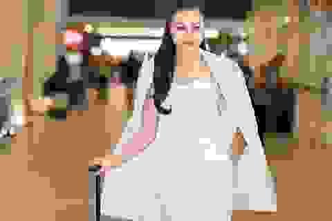 Sự cố chờ đợi ở sân bay Malaysia tân Nữ Hoàng Trần Huyền Nhung vẫn sành điệu, quý phái.