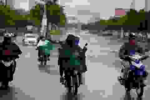 """Cơn """"mưa vàng"""" giải nhiệt cho Sài Gòn"""