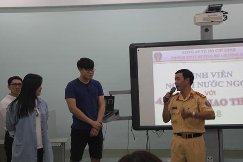 Sinh viên nước ngoài được học về kiến thức an toàn giao thông tại Việt Nam