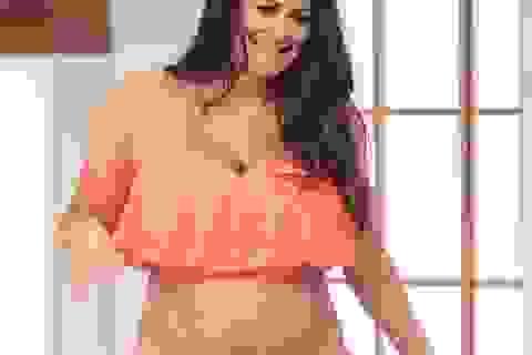 Casey Batchelor gây sốc khi mặc áo tắm khoe bụng bầu trên truyền hình