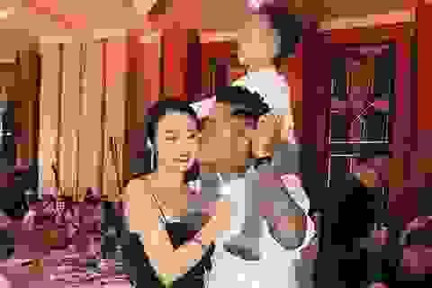 """Tuấn Hưng hôn vợ chốn đông người; Thu Minh được con trai """"nâng váy"""""""