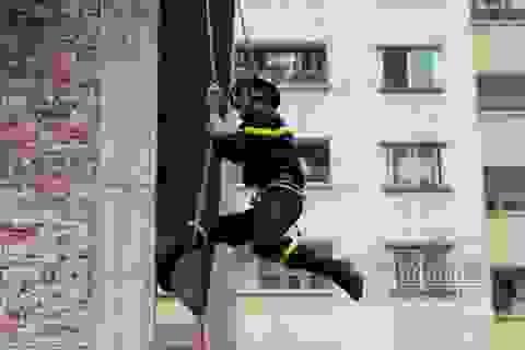 Thót tim với màn leo dây giữa không trung của chàng lính cứu hỏa