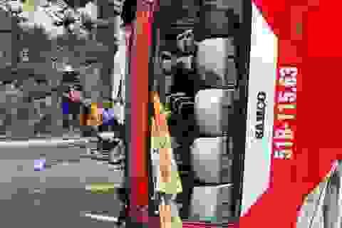 Lật xe khách trên đèo, 2 người chết, 21 người bị thương