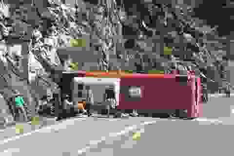 Vụ lật xe trên đèo: Tài xế lao xe vào vách núi để tránh thảm họa rơi xuống vực?